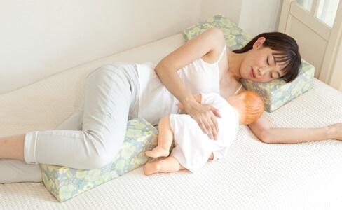 写真:添い乳枕『Joy-chichi|ジョイチチ』で授乳中