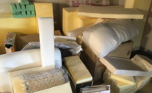 枕の素材・材料となるウレタンフォームと試作品